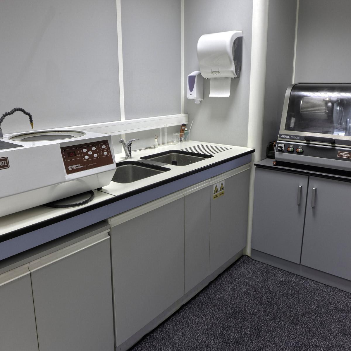 Atelier de préparation métallographique