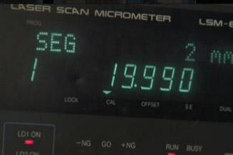 Dispositif de contrôle mobile par visée laser mesure les tolérances des pièces rectifiées avec précision, aux postes de travai