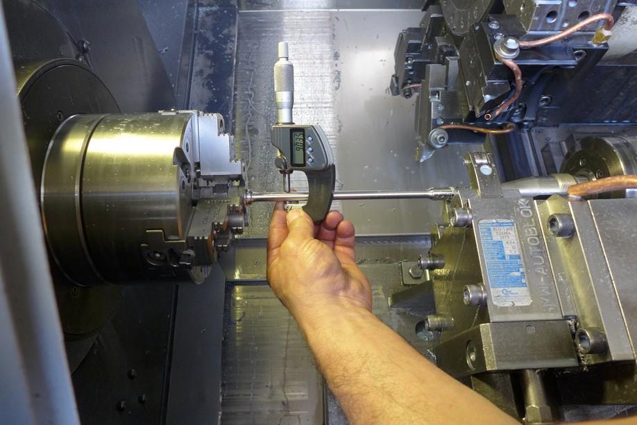 Contrôle par micromètre d'une tige en fin d'usinage